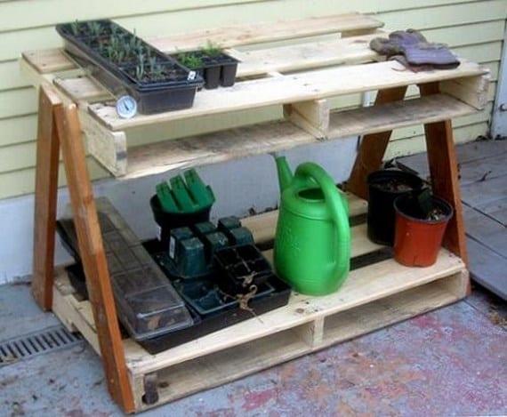 Una mesa de trabajo con pallets reciclados - Mesa de trabajo bricolaje ...
