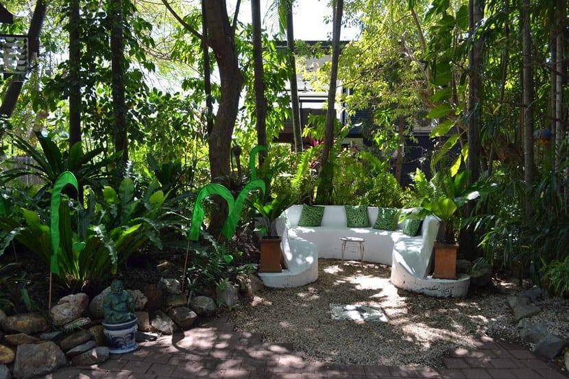 Jardín con media sombra