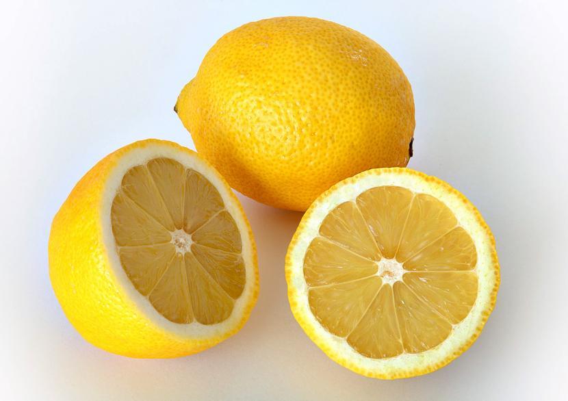Limones en cima de una mesa