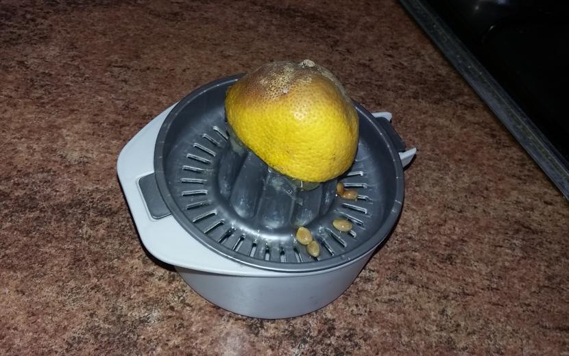 Sacar jugo al limón
