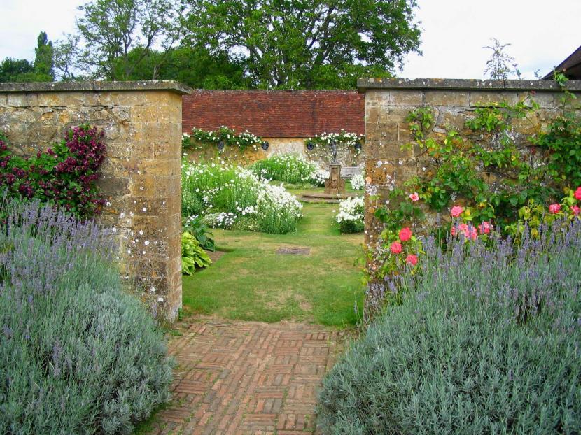Jardín con cerca