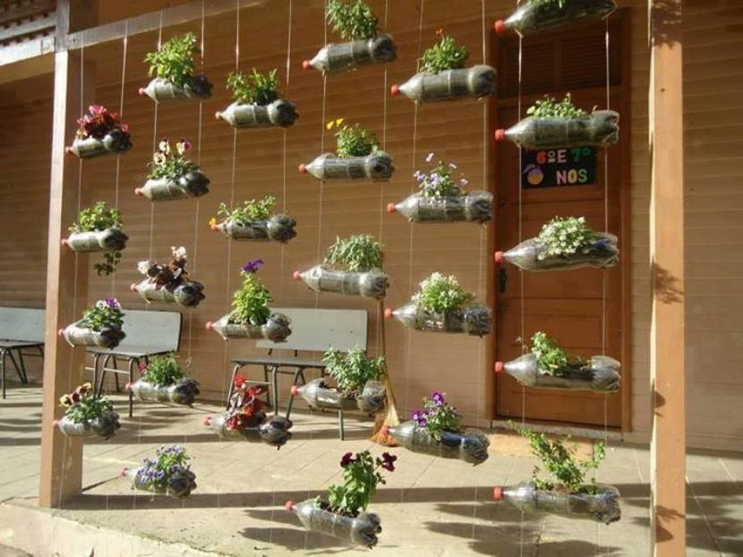 Jardín vertical con botellas de plástico
