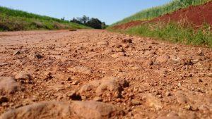 La tierra arcillosa es marrón
