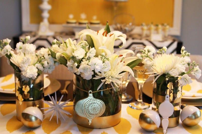 Decoración navideña con flores blancas
