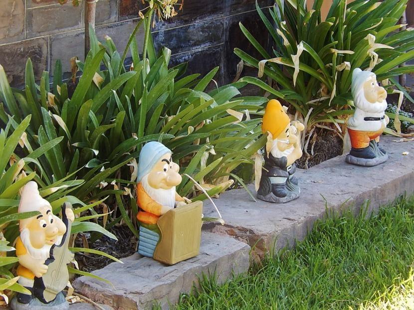 Enanitos en jardín