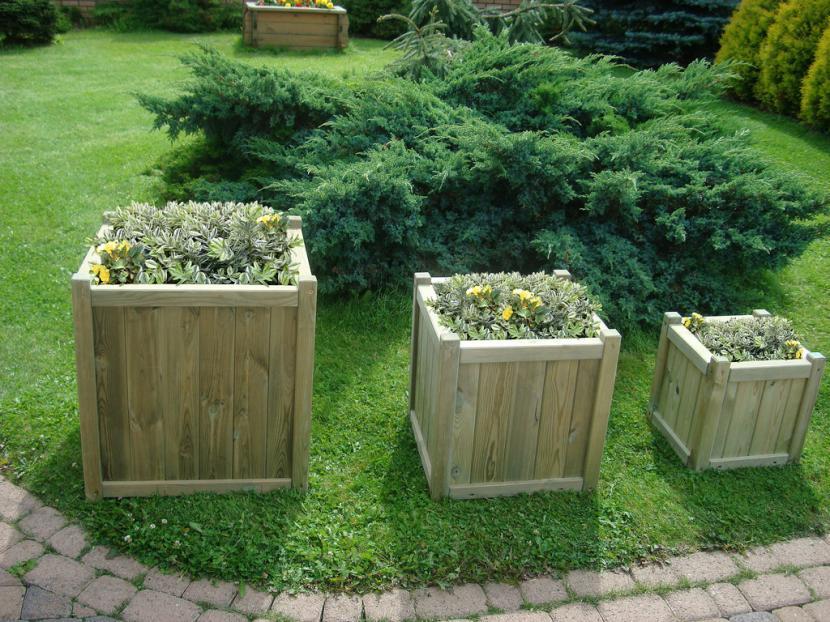 Las jardineras de madera son útiles para cultivar plantas