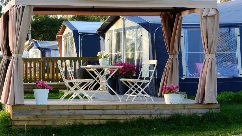 Muebles de jardín en un porche