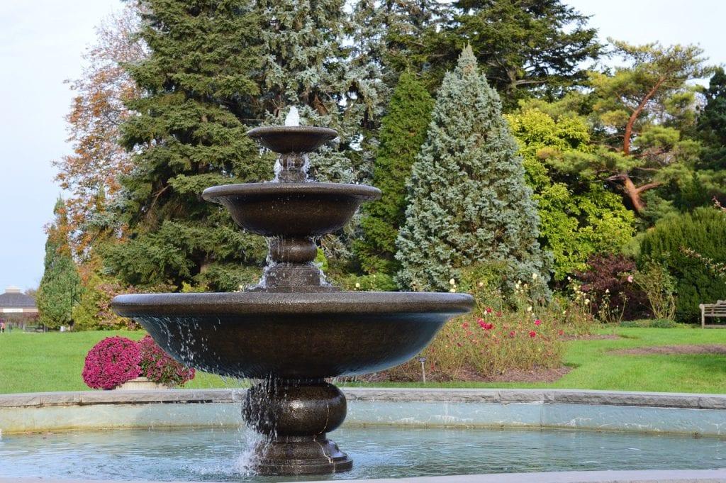 fuente-en-jardin