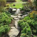 Jardín decorado con piedras