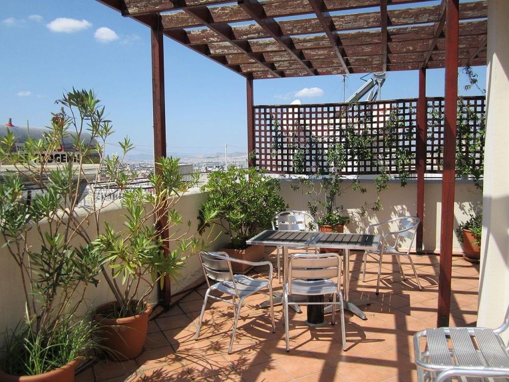 c mo decorar una terraza grande con plantas
