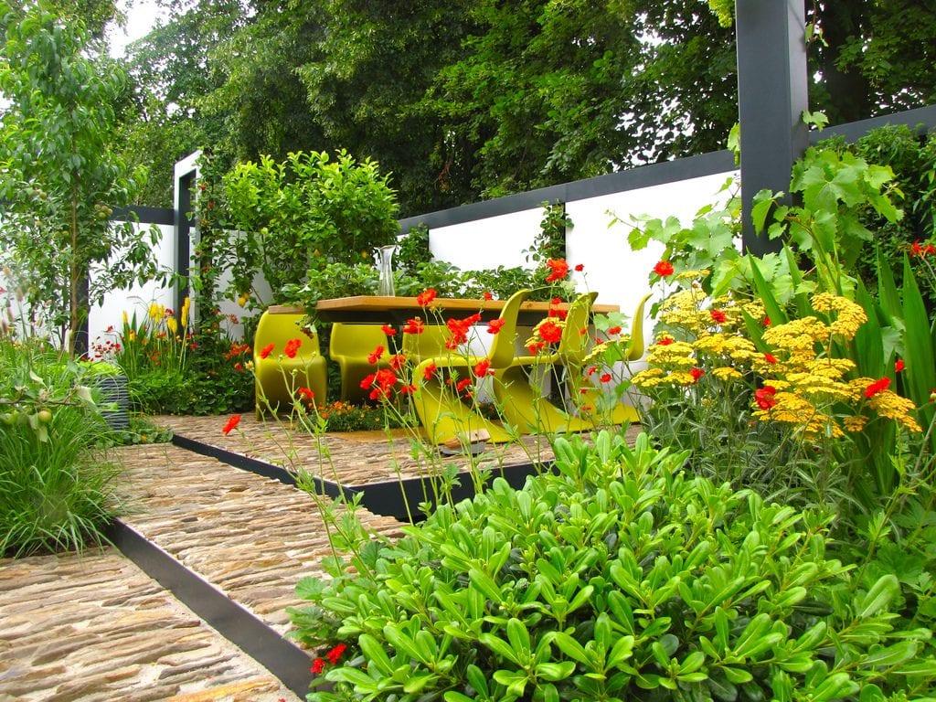 Jardín moderno con flores
