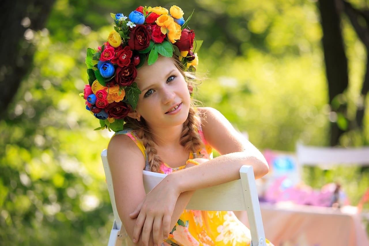 Chica joven con flores en el pelo