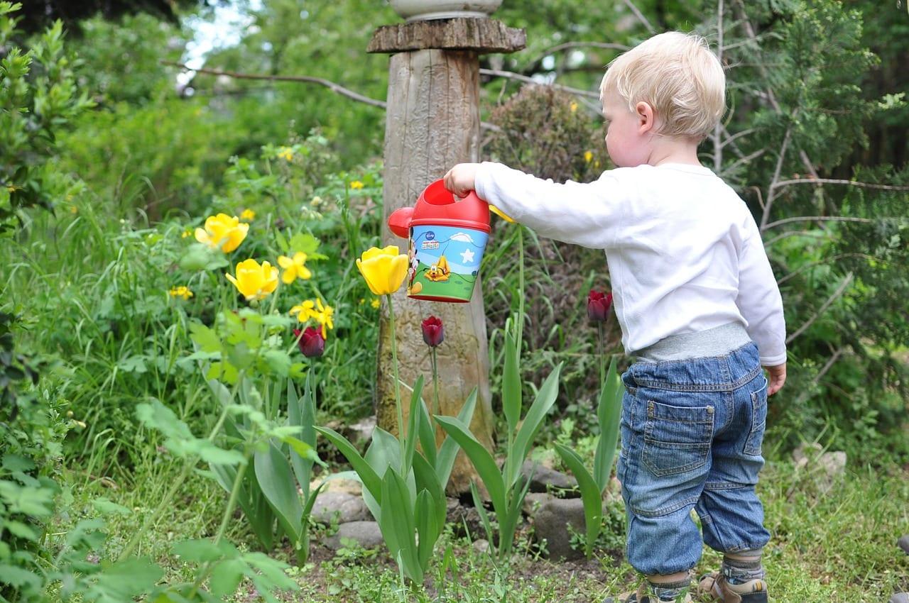 Niño pequeño en el jardín