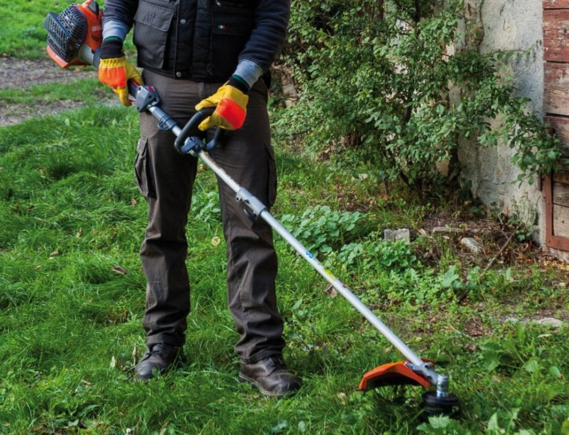 Persona desbrozando el jardín