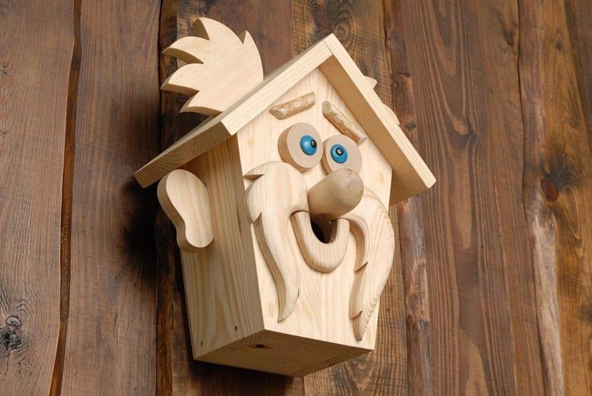 Puedes colocar en tu balcón una hermosa y espaciosa casa de pájaros hecha de  madera como la que se puede apreciar en la imagen de arriba 6bc42ac2e79