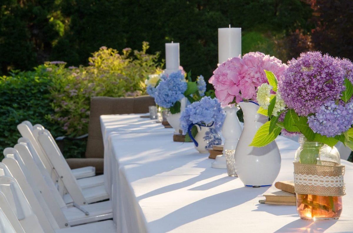 Pon flores en la mesa de tu jardín romántico