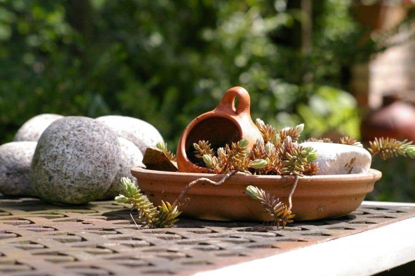 Mesa decorada con piedras