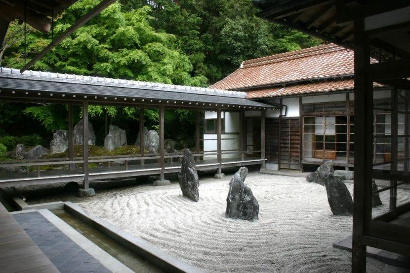 Jardín zen con gravilla