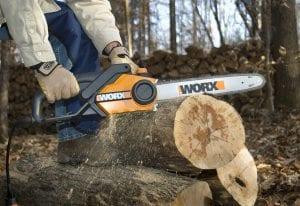 Persona usando una motosierra para cortando un tronco