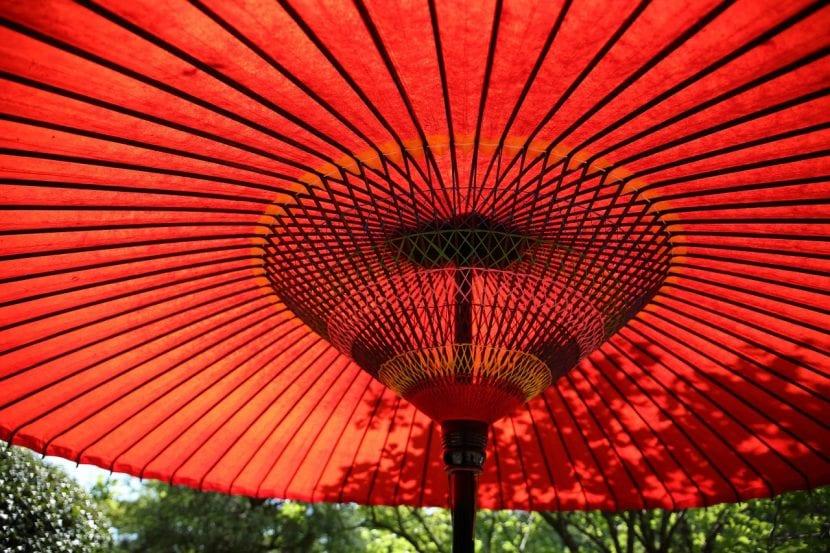 Sombrilla asiática roja