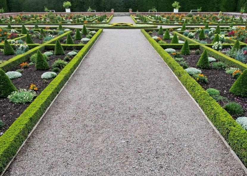 Camino cubierto de grava en un jardín