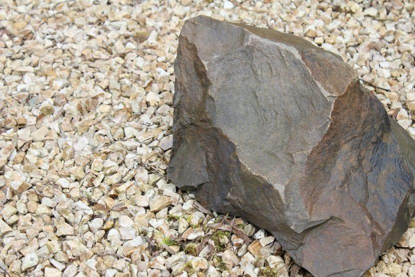 Grava y una roca en un jardín