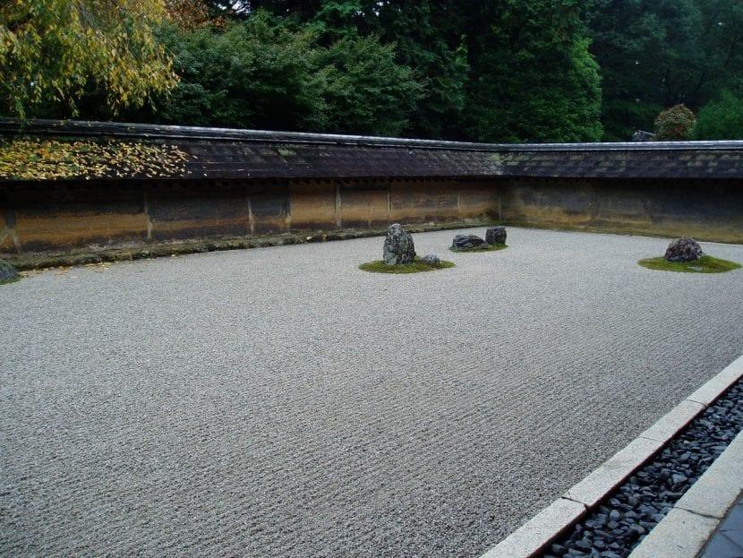 Jardín zen con grava
