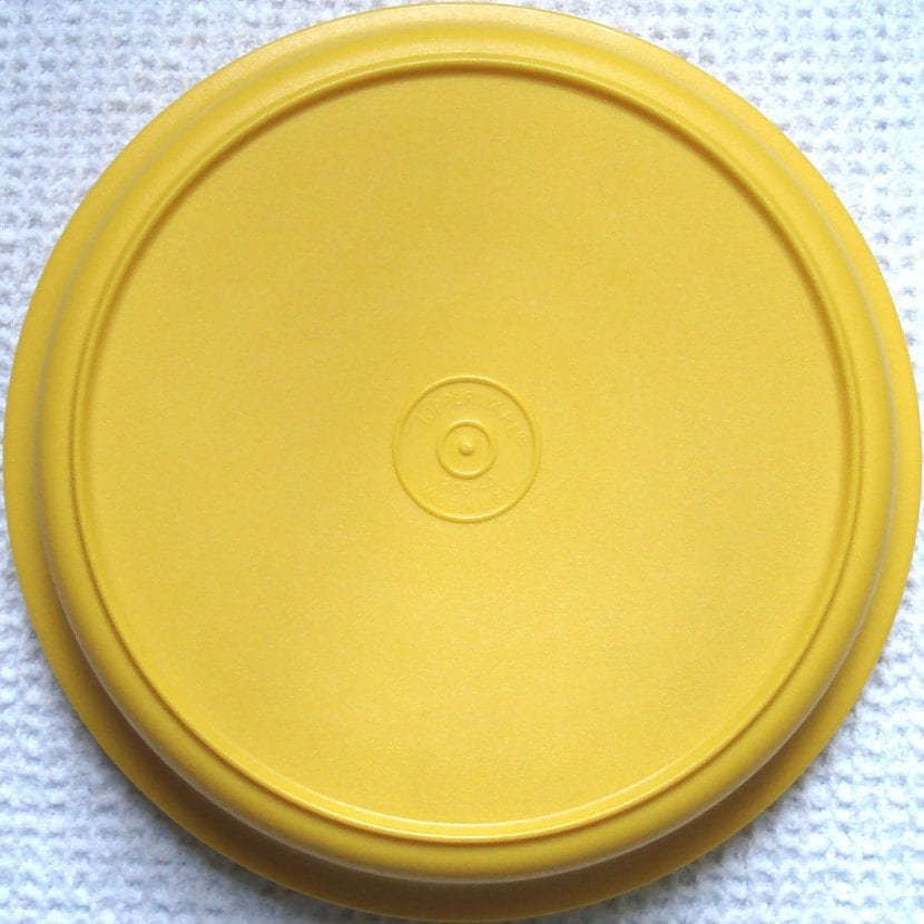 Tupperware de color amarillo