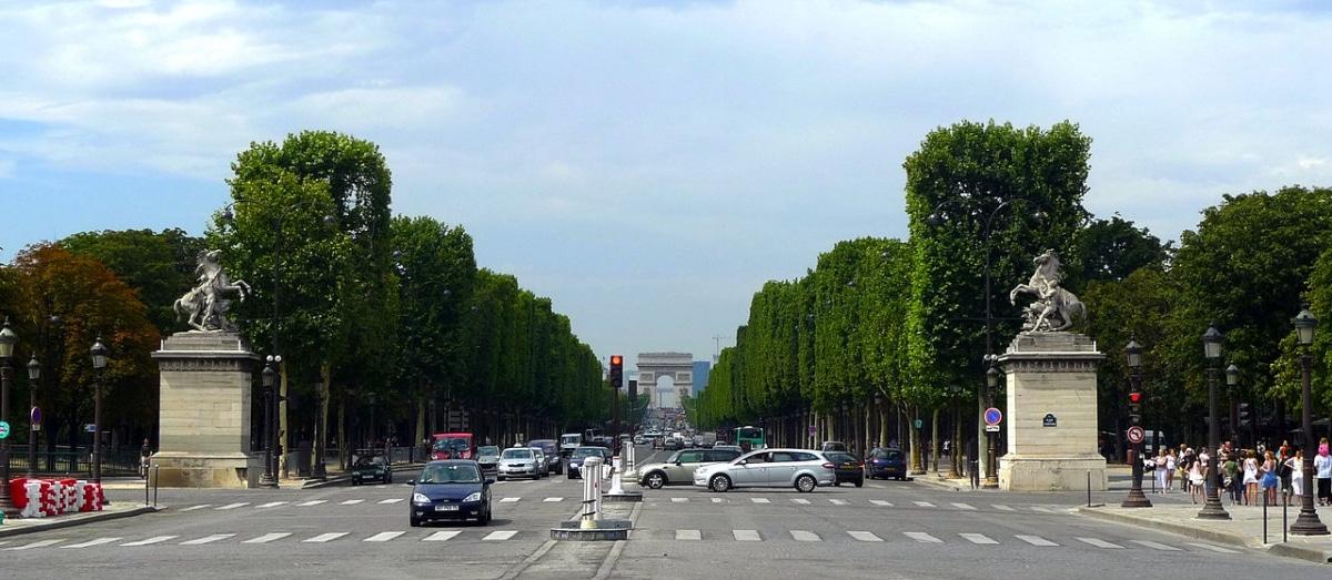 La avenida de los campos elíseos está en Francia