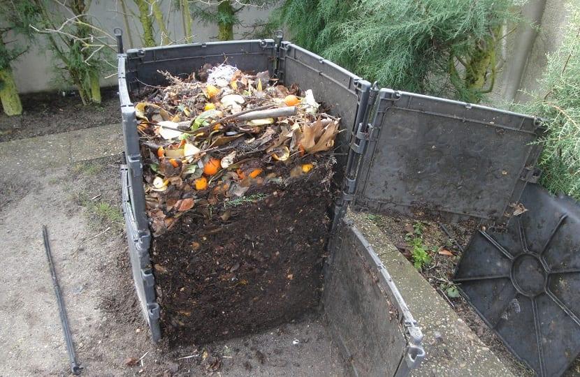 las capas más bajas de la compostera tienen un humus de gran calidad