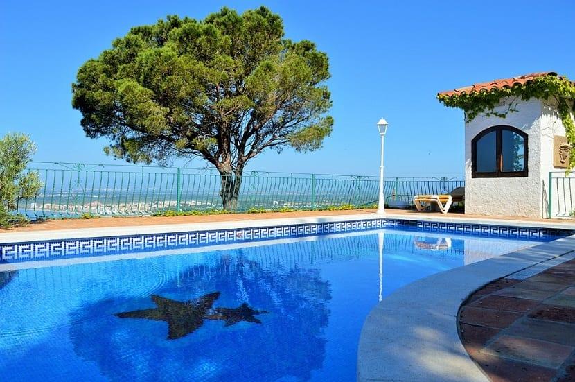 jardines cerrados con piscina