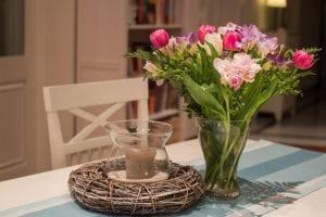 Flores naturales en una mesa