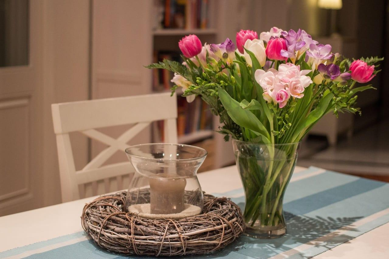C mo decorar una mesa con flores naturales - Como decorar una mesa grande de salon ...