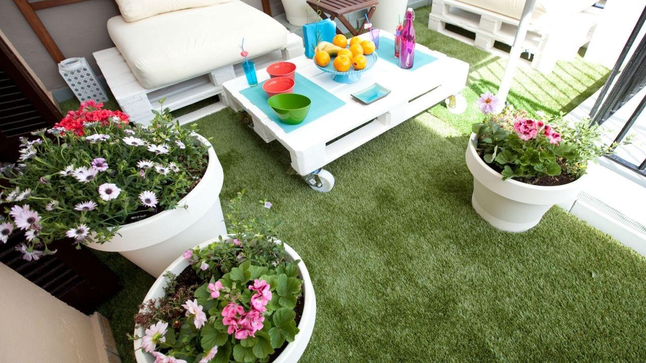 las composiciones florales dan color a la terraza