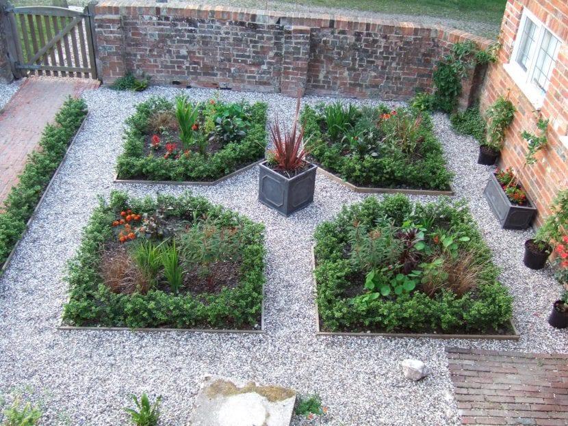 Parterres en un jardín privado