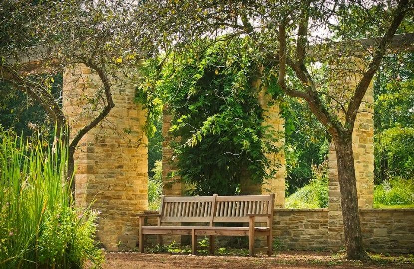 Un banco de jardín para disfrutar del paisaje