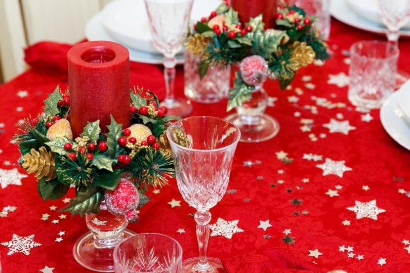 Mesa decorada para celebrar la navidad en familia