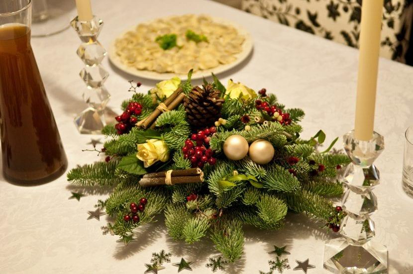 Mesa de navidad decorada con un centro