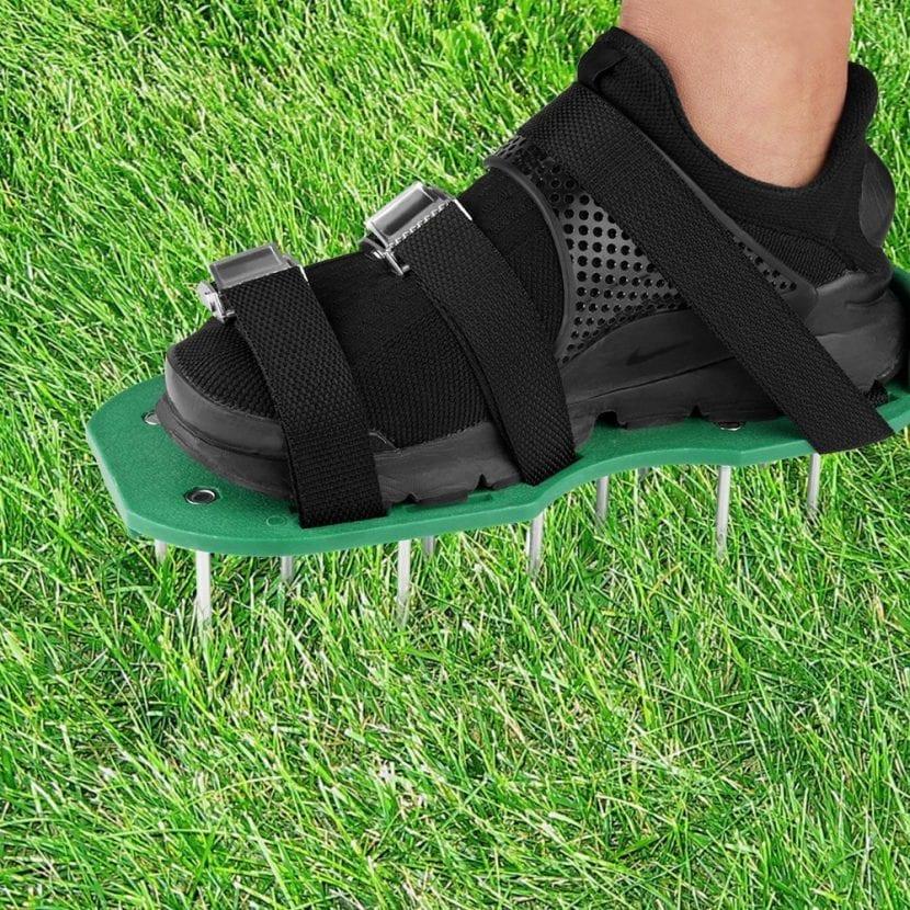 Zapato aireador para césped