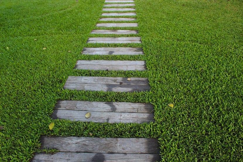 Lo primero que tenemos que hacer antes de poner el cesped natural en el jardín es eliminar las hierbas malas