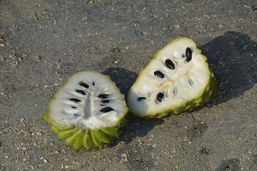 chirimoya partida en dos donde se ven sus semillas
