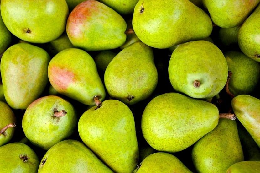 imagen de muchas peras de color verde con motas de color ojo