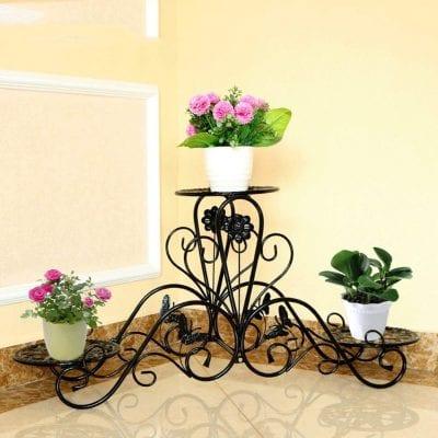 El estante de hierro es perfecto para cualquier aficionado a la jardinería