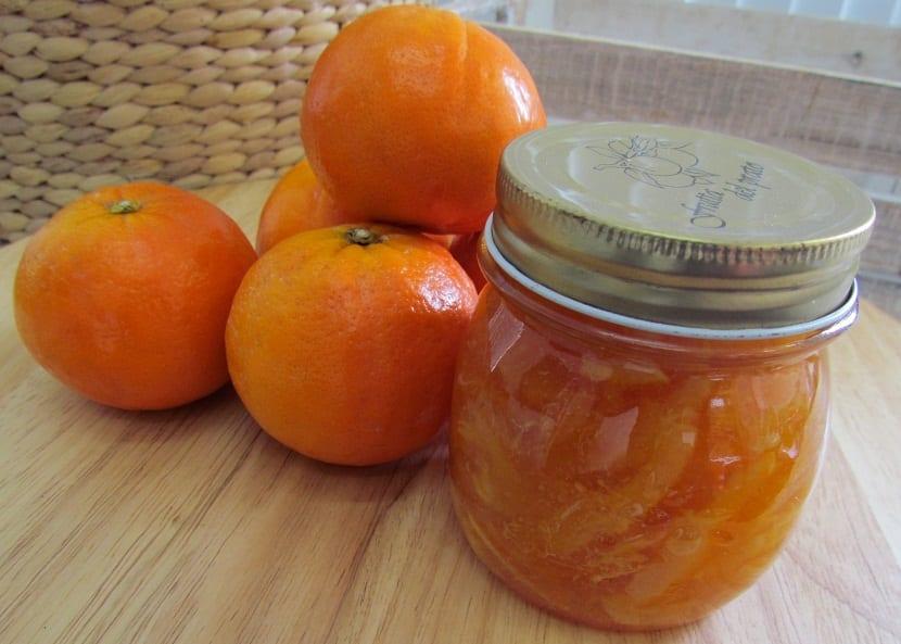 futas citricas y mermelada encima de una mesa