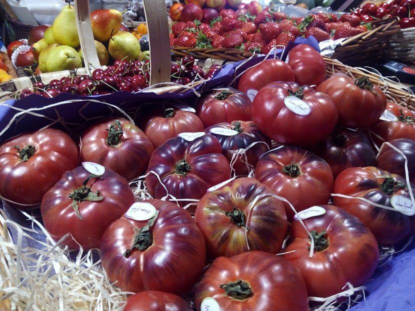 tomates azules dentro de una caja en un supermercado
