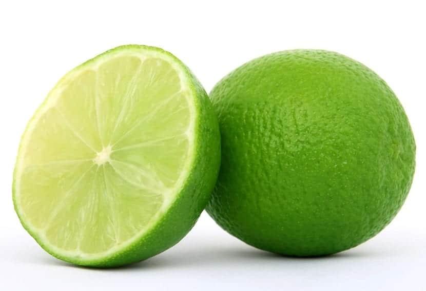 fruta acida de un color verde en un fondo blanco
