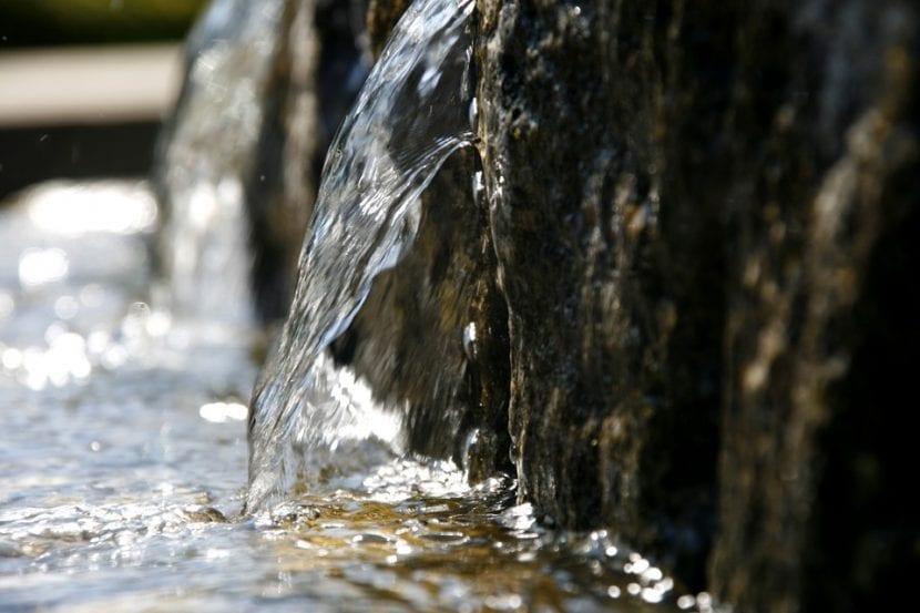Las fuentes de piedra son preciosas para un jardín