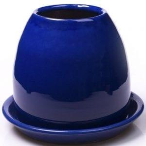 Vista de una maceta de barro azul