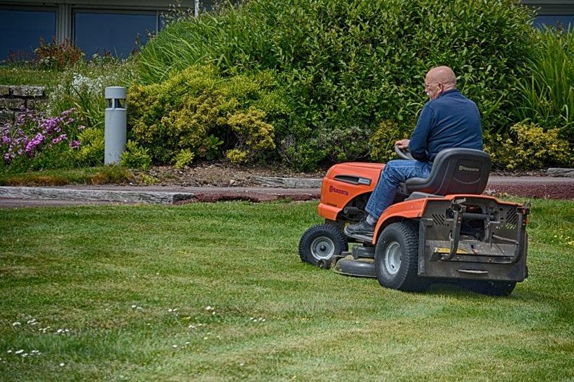 El tractor cortacésped es para jardines muy grandes
