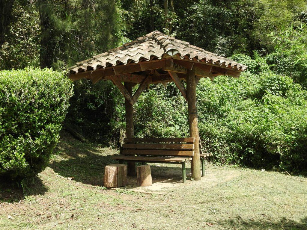 Pon muebles de madera en tu jardín rústico